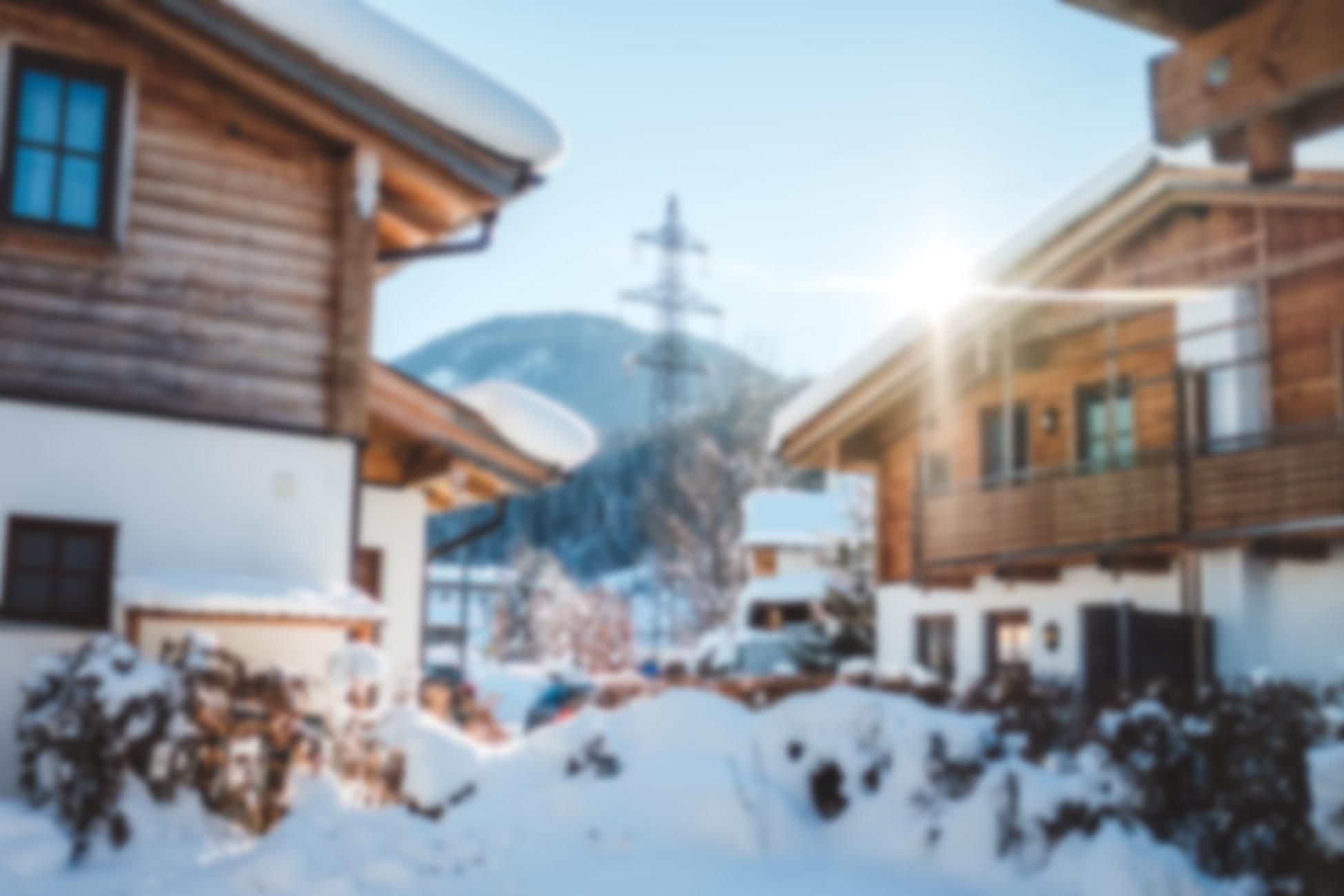 Schneebedeckte Ferienhäuser aus Holz