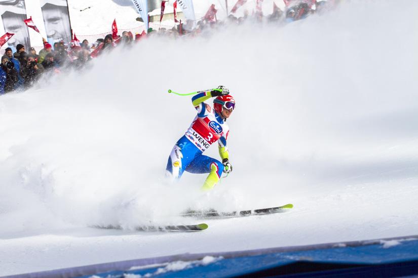 Skirennfahrer fährt ins Ziel